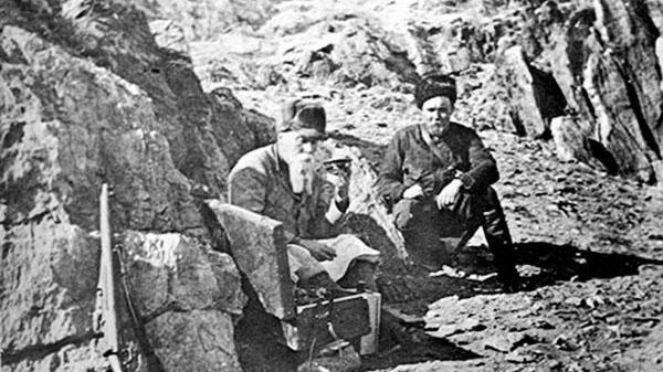 尼古拉斯·洛里奇与长子在满洲、蒙古旅行。(唯色提供)