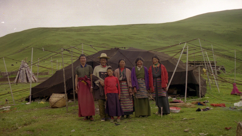 骑马去往乡间路上遇到的藏人牧民家庭。(唯色摄影)