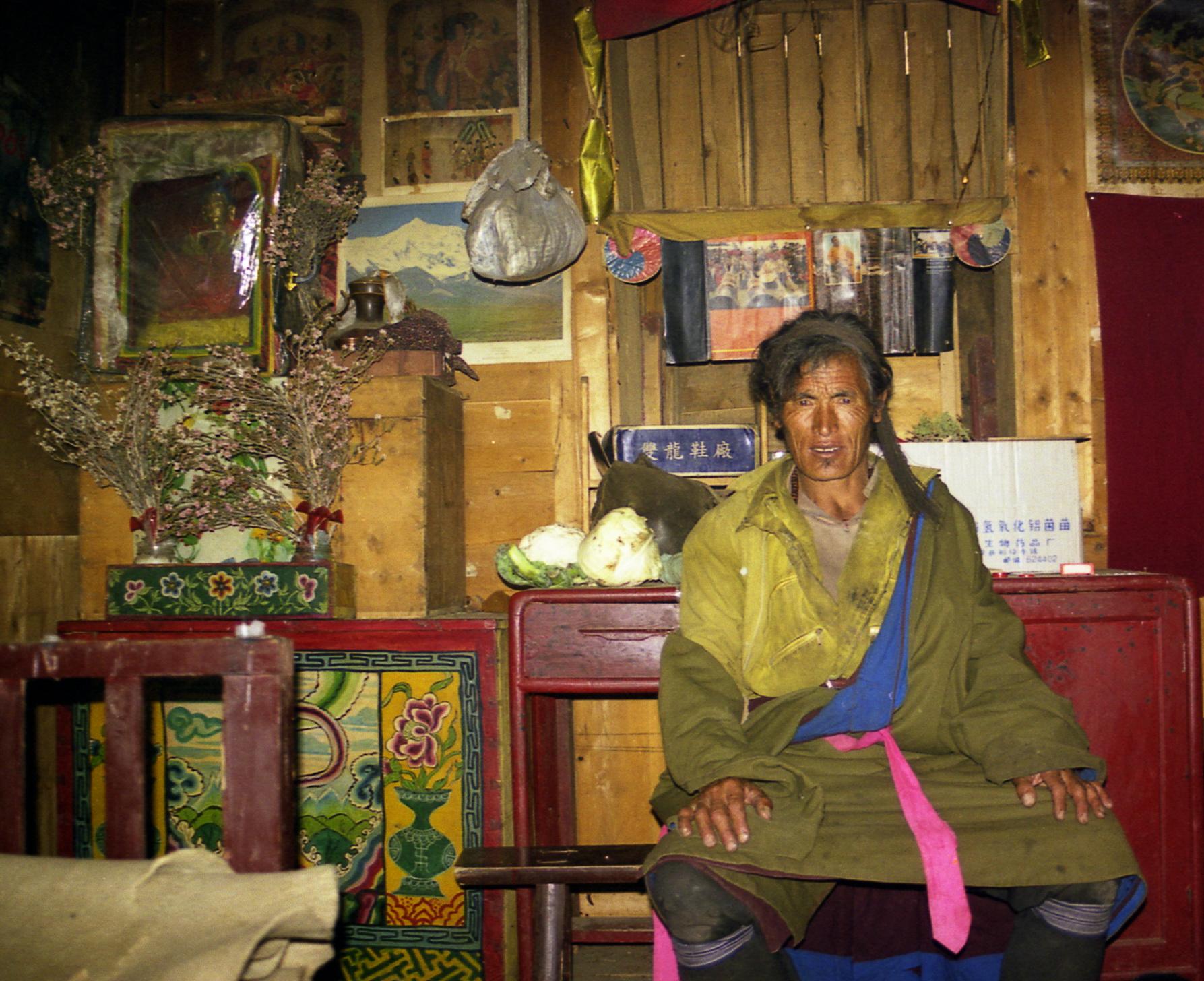 天葬师仁青在他的畜牧防疫工作站。(唯色摄影)