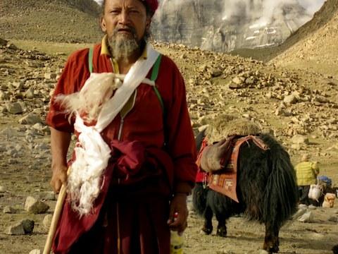 2002年朝拜圣山冈仁波齐偶遇的行脚僧,在十八年后又因圣山和疫情而续缘,原来他是圣山南面尼泊尔籍的藏人,修行有成就的喇嘛达琼。照片只是契机,由此延伸的故事更丰富、更复杂:交织但突变的历史,具有象征意义的地理标志,一个个人物的命运,以及更为险峻的当下……我于是写下这篇两万多字的长文,并在此连载。