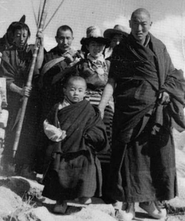 年幼的直贡法王在母亲陪伴下前往直贡各寺院。(Limi藏人提供)