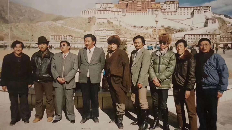 """文革结束后,""""青少年活佛班""""的9位仁波切在拉萨合影,左一是努巴仁波切。(藏人提供)"""