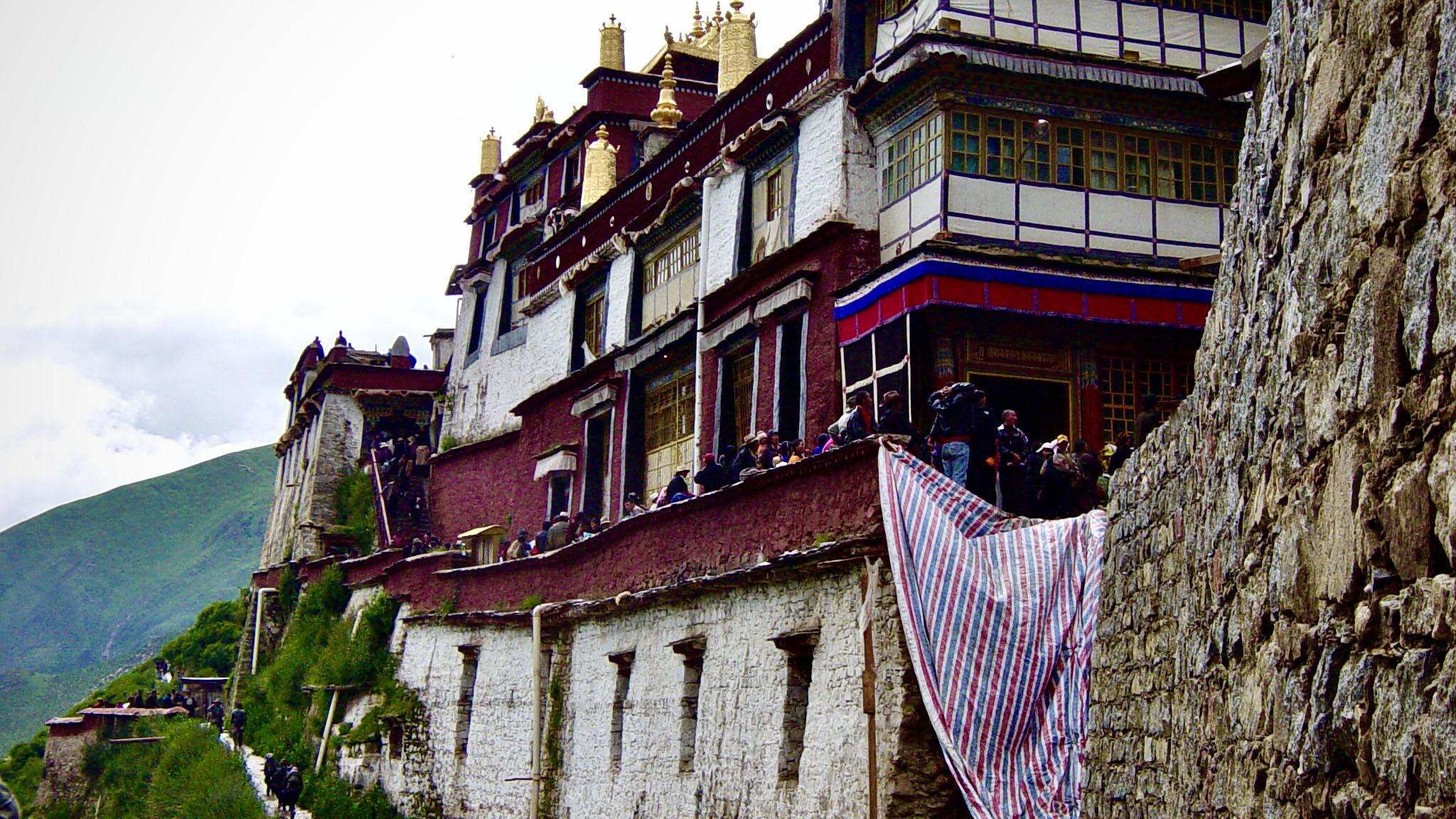 直貢噶舉祖寺直貢梯寺位於拉薩墨竹工卡縣內,但這已是文革被毀後重建的樣貌。(唯色2004年夏天拍)