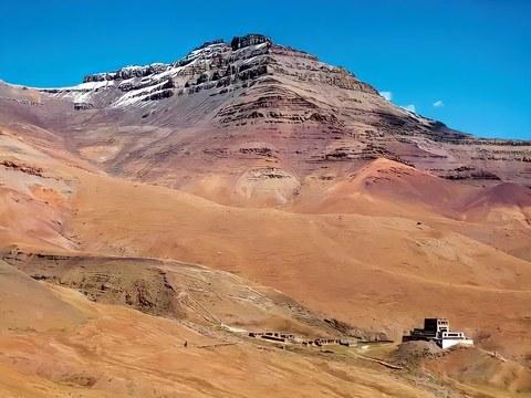 圣山内转道上的江扎寺