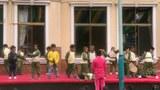 """拉萨幼儿园的孩子们在表演""""抗日神剧""""。(唯色 2018年拍摄)"""