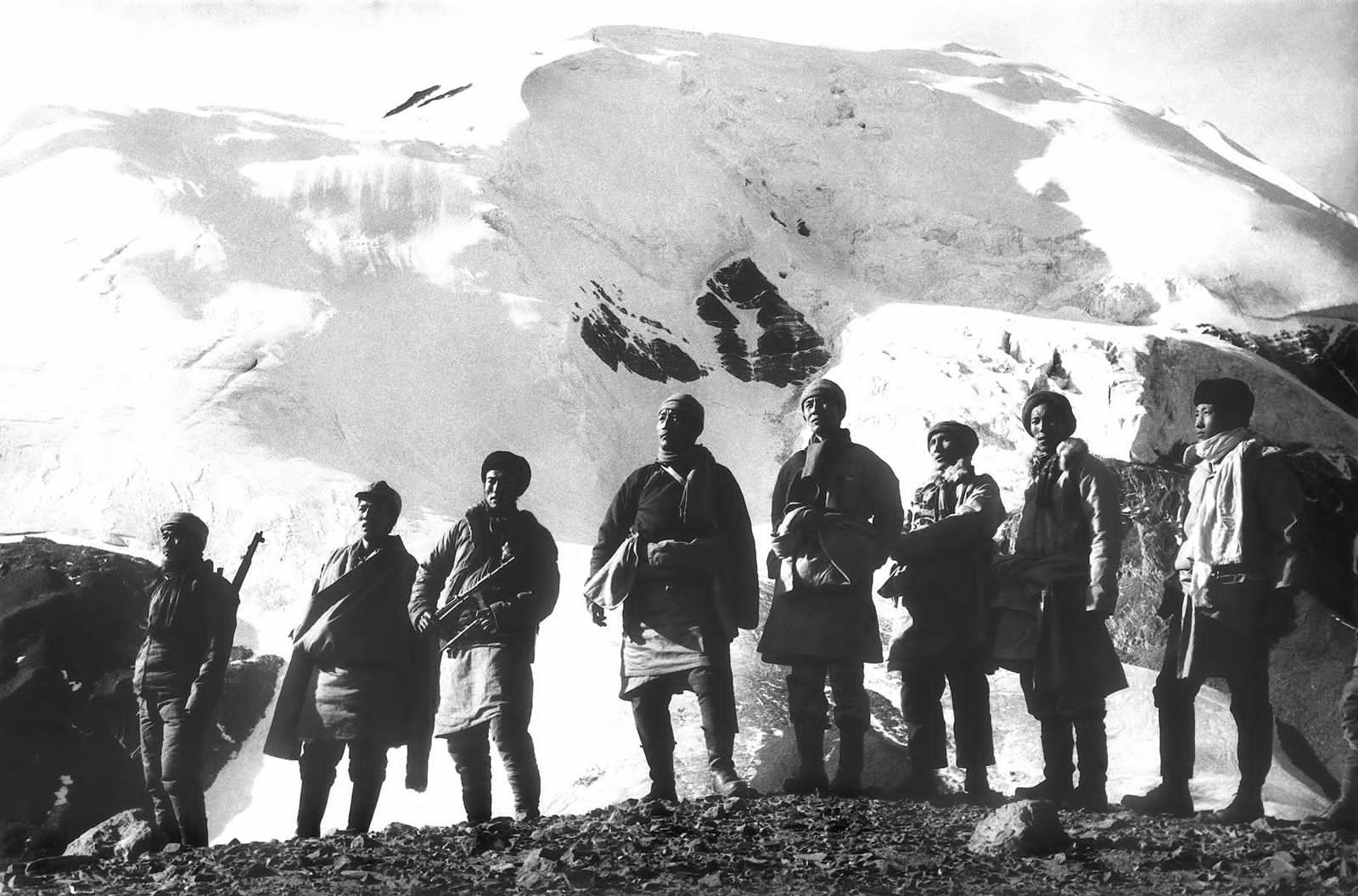 """""""四水六岗""""的领导人1966年在木斯塘的合影,左起第五人为宗喀·拉莫才仁。(Jamyang Norbu提供)"""