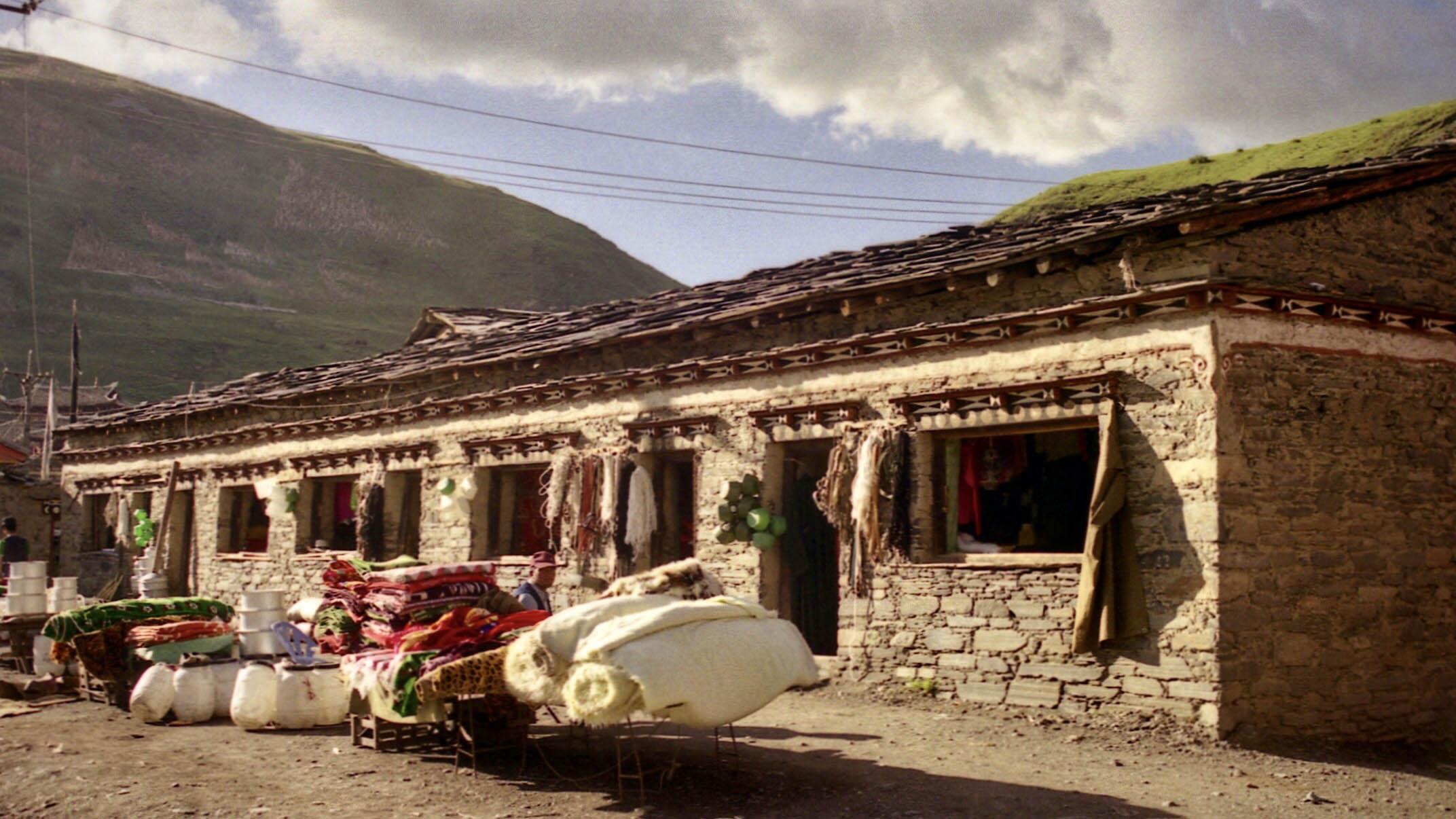 新都桥的小店。(唯色1999年摄影)