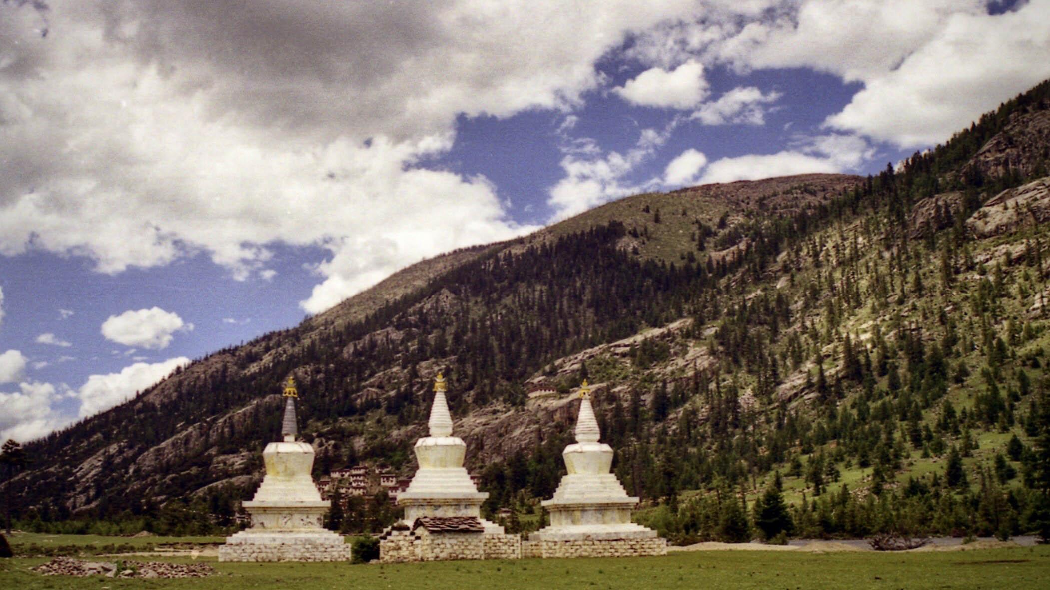 白塔后面的山上是崩坡寺。(唯色1999年摄影)