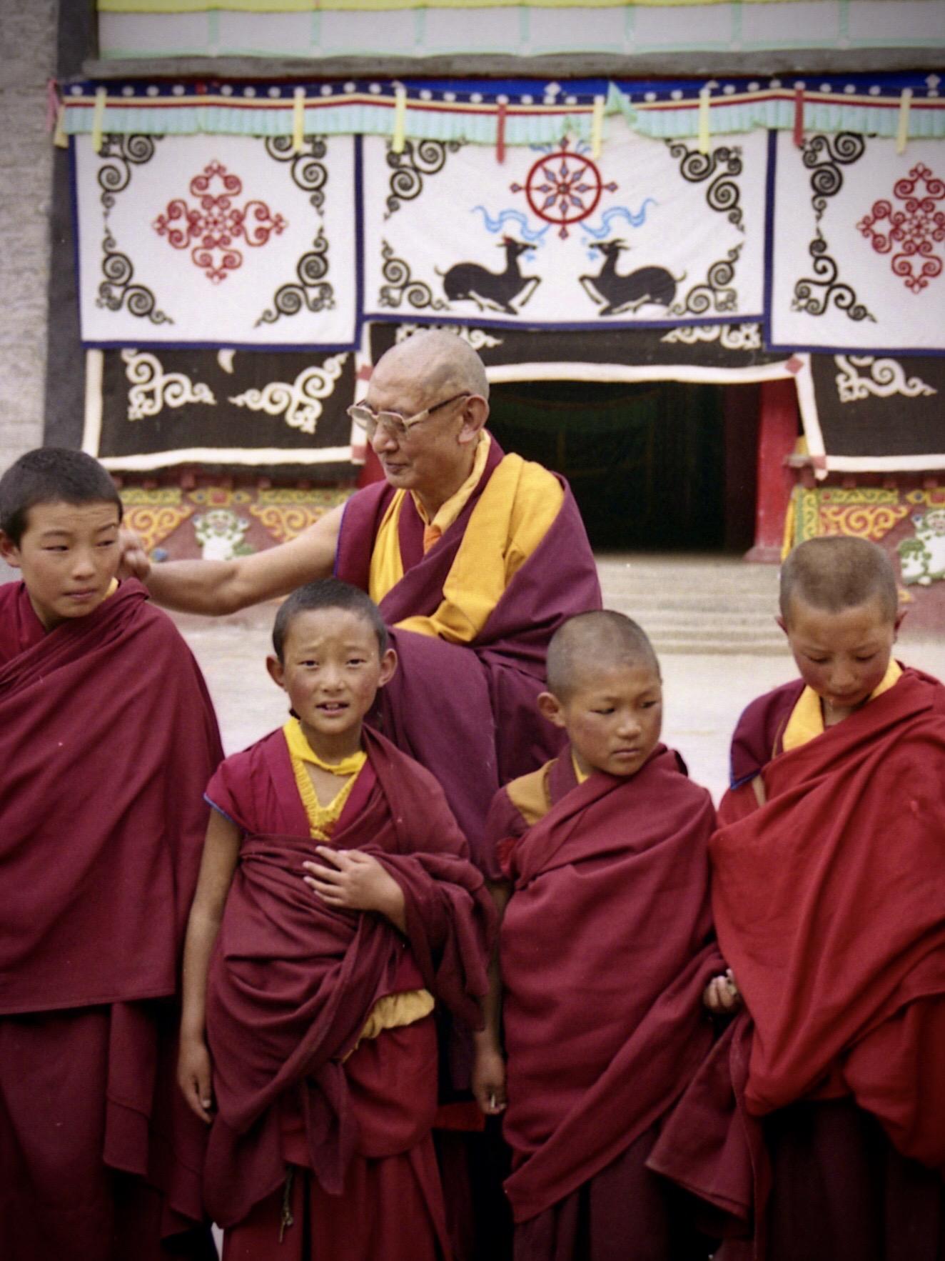 郭沙寺林珠仁波切与学僧。(唯色1999年摄影)