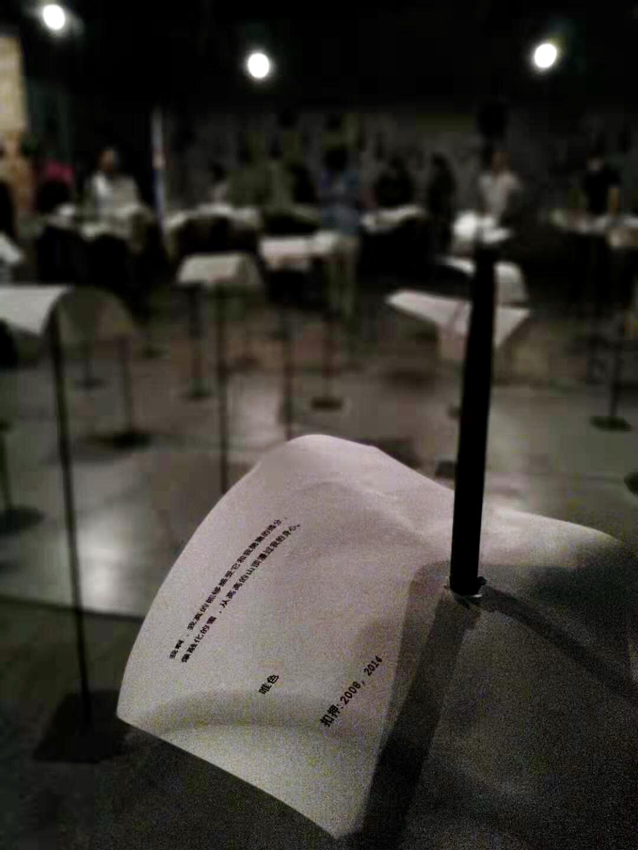 """我的这首诗出现在""""2019威尼斯双年展""""上。属于印度艺术家Shilp Gupta的装置作品《For, in your tongue, I cannot fit》。一百位从7世纪至今的不同国家的诗人,写下的诗句印在被铁枝如利剑穿透的白纸上,并以100个麦克风不停地传出由多种语言的领读,众声和应如交响乐一般……艺术家说她创作这个作品是为了强调""""当今我们自由表达权利的脆弱性""""。(唯色提供)"""