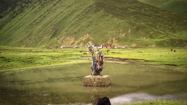 远远的,左边乡政府,右边寺院。(唯色1999年摄影)