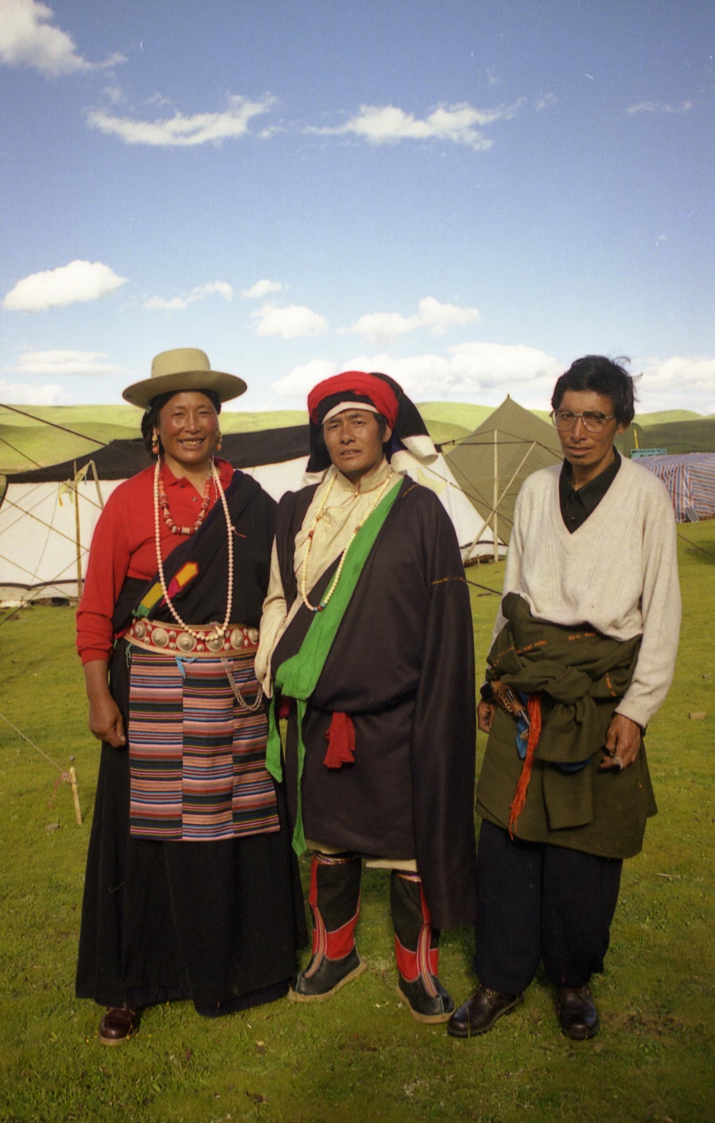 俄多与丈夫在自家帐篷前。(唯色1999年摄影)