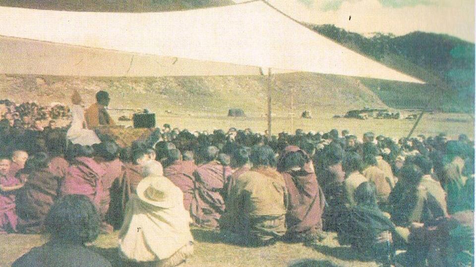 丹增德勒仁波切给乡村牧人开示佛法。(图片来自当地藏人)