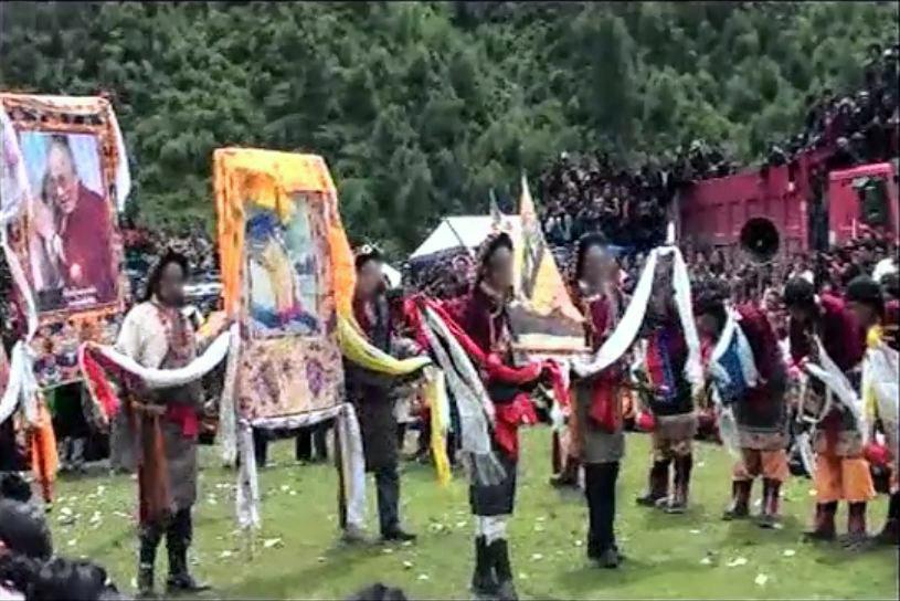 2011年雅江县民众在一次集会上迎请尊者达赖喇嘛和丹增德勒仁波切的法相。(Public Domain)