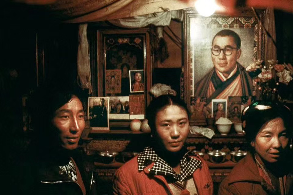 图片:1985年,摄影大师马克·吕布(Marc Riboud)在拉萨等藏地拍摄了许多照片。这是其中一张,在藏人家庭的佛堂里供奉着尊者达赖喇嘛的画像。(唯色提供)
