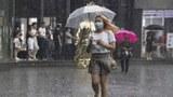 2020年8月5日,北京的一名女子戴着口罩走在大街上。(美联社)