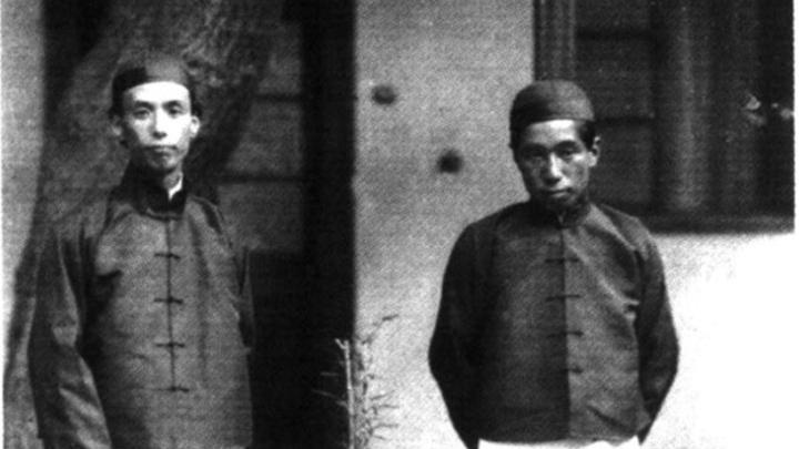 芥川龙之介(左)在中国,右为竹内逸。(Public Domain)