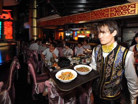 图为位于新疆乌鲁木齐市的一家餐厅。