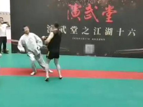 身怀绝技的马保国与一名业余拳手王庆民对打,开场四秒就被打倒在地。(视频截图)