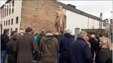 民众围观特里尔市树立的木制马克思塑像模型。(天溢提供)