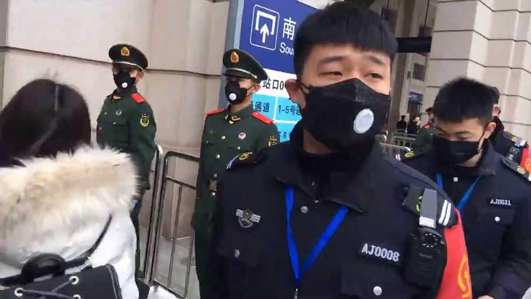 中国警察在即将关闭的武汉汉口火车站前执勤。(美联社)