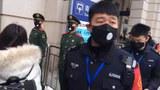 中國警察在即將關閉的武漢漢口火車站前執勤。(美聯社)