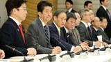 日本疫情進入「擴大感染的初期階段」,有人點名安倍下臺。圖爲安倍晉三和厚生勞動省大臣加藤勝信14日參加疫情對策總部會議。(Public Domain)