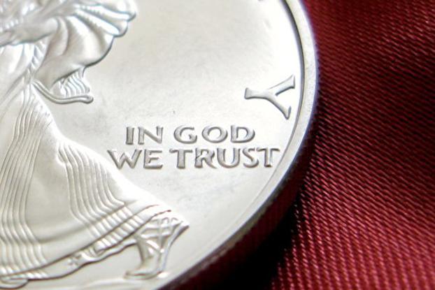 """2019年,有无神论者及团体要求取消""""我们信靠上帝""""这句国训。经明尼苏达州联邦上诉法院裁定败诉,并美国最高法院拒绝听取其上诉。(Public Domain)"""