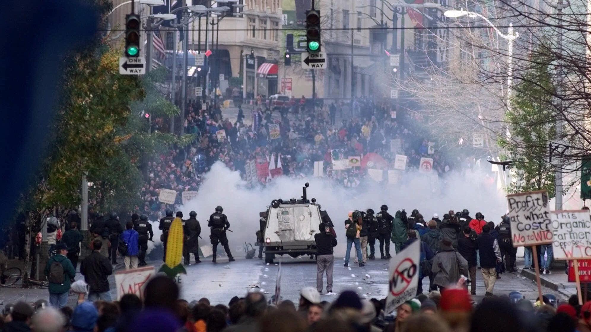 """20年前(1999年11月),在美国西雅图召开的世界贸易组织第三届部长会议期间发生的""""西雅图风暴""""拉开了全球范围内反全球化运动的序幕。由此以降,包括历届达沃斯世界经济论坛年会在内的几乎各种事关国际经济贸易的国际会议,都发生了反全球化运动者大规模的抗议活动。(美联社资料图片)"""