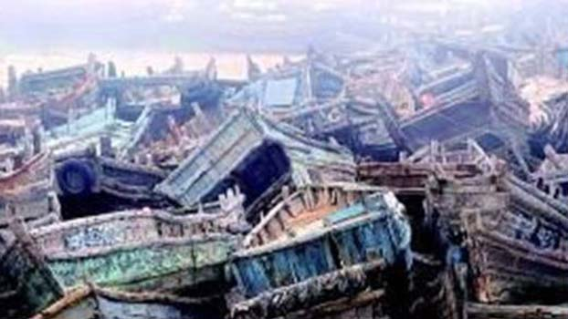 近海渔业资源枯竭,渔民多上岸另谋出路。图为青岛港闲置的渔船。(Public Domain)