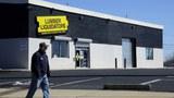 一名男子走過美國最大的地板零售商林木寶公司(Lumber Liquidators,LL)的一家商店。(美聯社)
