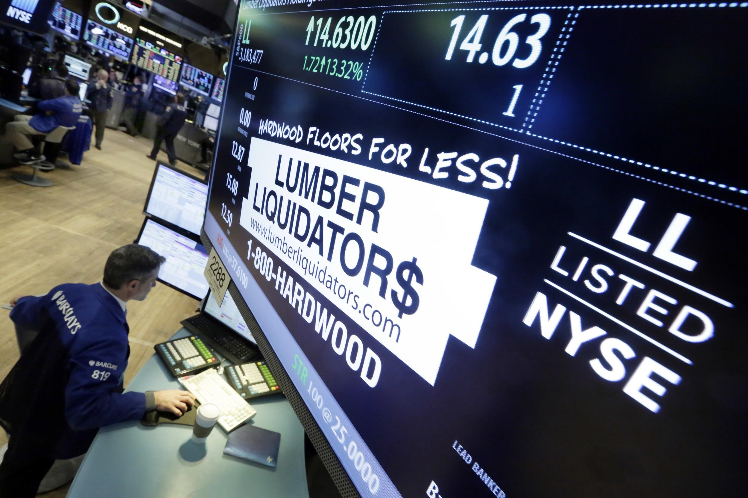 美国纽约证券交易所内的林木宝公司(Lumber Liquidators,LL)标志。(美联社)