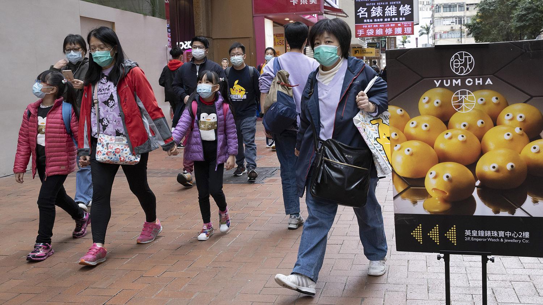 2020年2月8日,香港街头的民众带着口罩。(美联社)