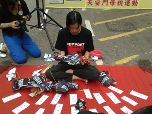 图片:香港天安门母亲运动团体以各种方式悼念六四二十周年唤起港人对六四记忆.(RFA/记者心语摄)