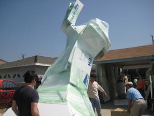 图片:陈维明作品4月25日从洛杉矶启程前运香港,展出后即遭港警没收。(萧融摄)