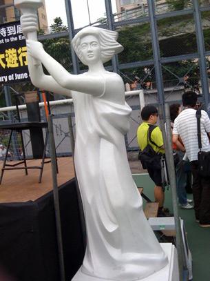 图片:港府其后虽归还支联会一旧一新的民主女神像及六四雕塑,却拒绝艺术家陈维明入境香港 (心语摄)