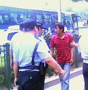 图片:北京公安在街上随意盘查路人证件。(志愿者提供)