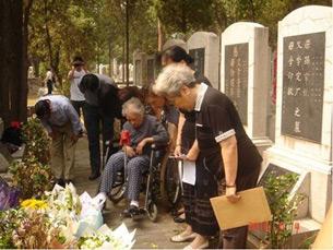 图片:六四死难家属万安公墓祭奠 (网络图片/记者心语)