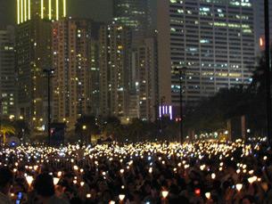 """图片:香港""""六四""""二十一周年烛光悼念集会(丁小拍摄)"""