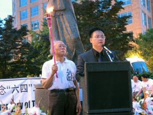 图片:著名作家郑义和前学运领袖封从德等在烛光集会上发言。(记者唐琪薇摄)