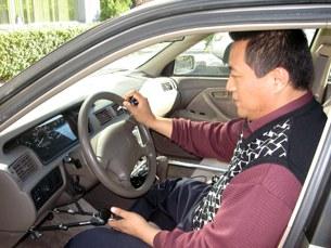 图片:方政在自己的汽车内。(记者CK提供)