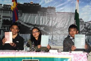图片:西藏人权与民主促进中心1月17日发布《2012西藏境内人权状况》年度报告。(西藏快报)