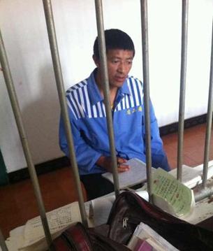 图片:获刑七年的阿坝州阿坝县卡西寺僧人云丹嘉措在狱中接受审问。(达兰萨拉格尔登寺提供)