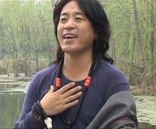 图片:八月三日被捕的四川阿坝州红原县知名歌手普尔雄。(Youtube视频截图)