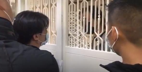 周三早上有4名便衣警员到《立场新闻》办公室,并有警员向总编辑锺沛权展示法庭文件。(《立场新闻》直播片段)