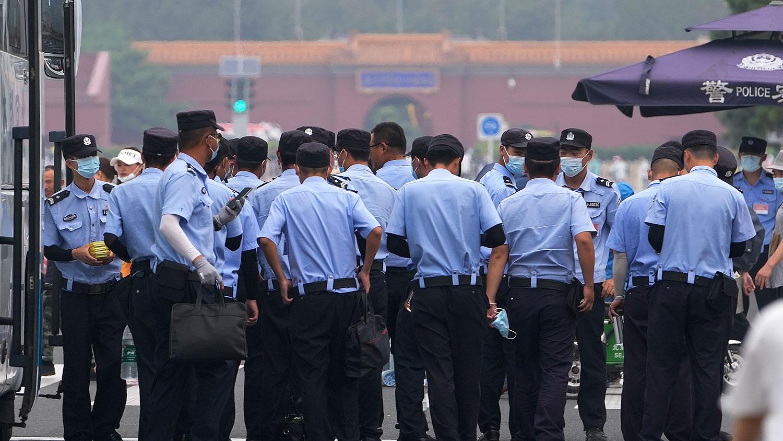 2021 年 6 月 13 日,警察在北京天安門廣場。 (美聯社)