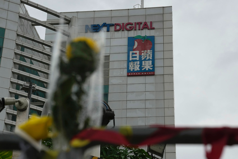 2021 年 6 月 23 日,一名支持者在香港 《苹果日报》总部外留下了一朵花。 (美联社)