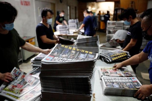 港警抓人搜報館凍資產後   《蘋果日報》翌日如常出版 市民爆買