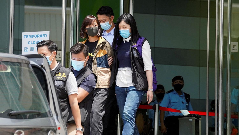 2021 年 6 月 17 日,香港警察逮捕《蘋果日報》副社長陳沛敏。(路透社)