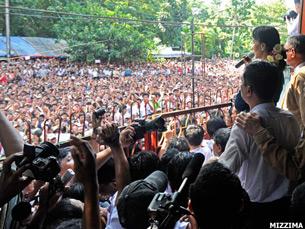 图片: 星期日昂山素季对支持者发表讲话呼吁和解。 (缅甸网友swmizzima/记者心语)
